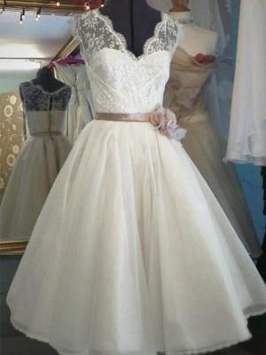 A-Line/Princess V-neck Knee-Length Lace Sleeveless Sash/Ribbon/Belt Tulle Wedding Dresses