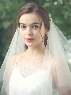 Delicate Tulle One-Tier Shoulder Veils With Imitation Pearl