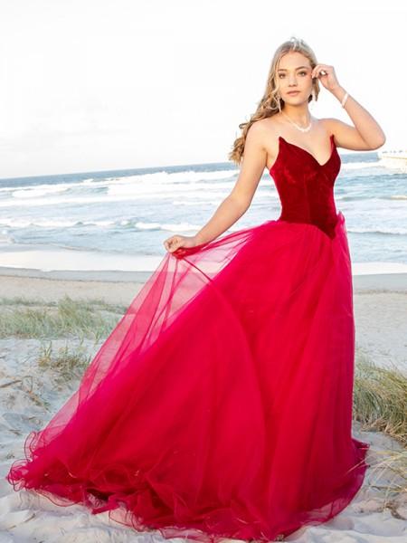 Ball Gown Sweetheart Tulle Sleeveless Court Train Dresses